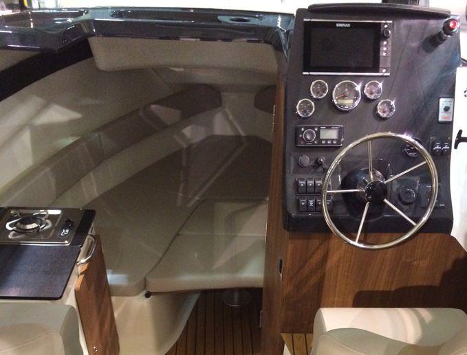 Моторна лодка Quicksilver 810 Arvor